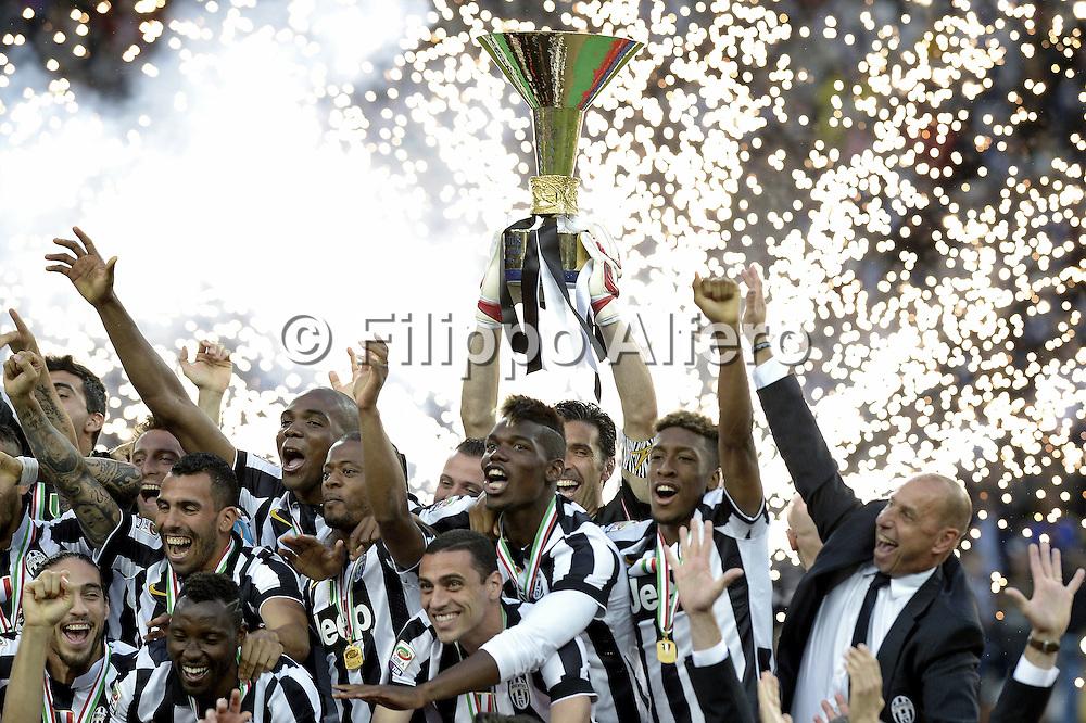 &copy; Filippo Alfero<br /> Juventus-Napoli, Serie A 2014/2015 e assegnazione Coppa Scudetto<br /> Torino, 23/05/2015<br /> sport calcio<br /> Nella foto: Gianluigi Buffon alza la coppa dello scudetto, esultanza
