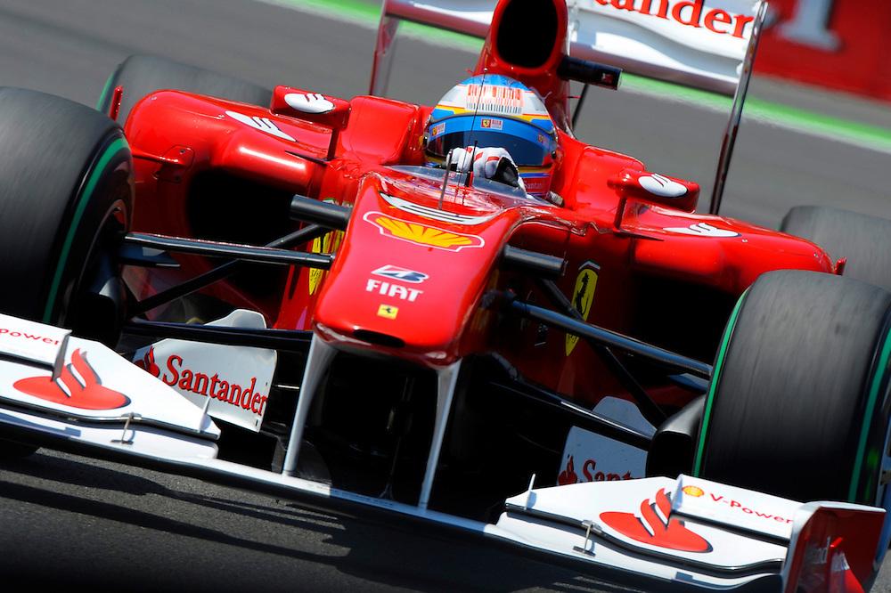 Fernando Alonso durante la segunda manga de los entrenamientos oficiales en el Valencia Street Circuit en Valencia en junio del 2010