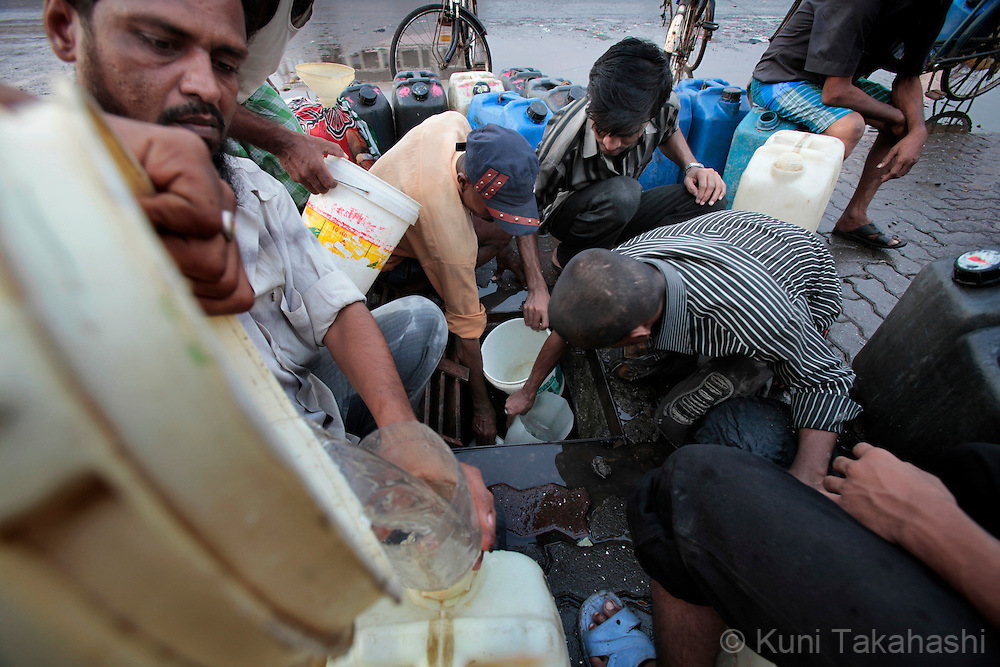 People fetch water from a cracked underground water pipe on March 19, 2010. Due to the lack of rain in the monsoon season, Mumbai faced one of the worst water shortages in its history and the city government was forced to cut 15 % of its water supply. (Photo by Kuni Takahashi)