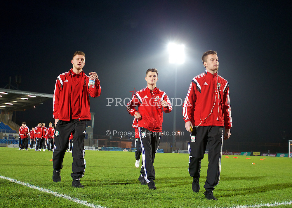 BALLYMENA, NORTHERN IRELAND - Thursday, November 20, 2014: Wales' Daniel Jefferies, Liam Cullen and goalkeeper Scott Coughlan inspect the pitch ahead of the Under-16's Victory Shield International match against Northern Ireland at the Ballymena Showgrounds. (Pic by David Rawcliffe/Propaganda)