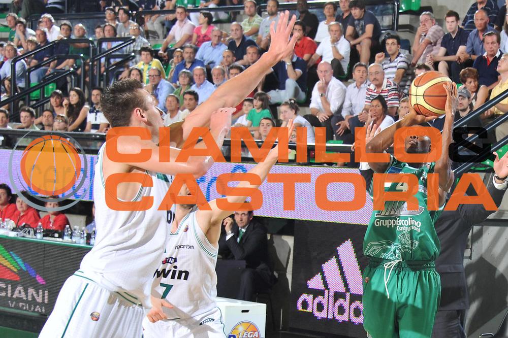 DESCRIZIONE : Treviso Lega A 2010-11 Quarti di finale Play off Gara 4 Benetton Treviso Air Avellino<br /> GIOCATORE : Marques Green<br /> SQUADRA : Benetton Treviso Air Avellino <br /> EVENTO : Campionato Lega A 2010-2011<br /> GARA : Benetton Treviso Air Avellino<br /> DATA : 25/05/2011<br /> CATEGORIA : Tiro<br /> SPORT : Pallacanestro<br /> AUTORE : Agenzia Ciamillo-Castoria/M.Gregolin<br /> Galleria : Lega Basket A 2010-2011<br /> Fotonotizia : Treviso Lega A 2010-11 Quarti di finale Play off Gara 4 Benetton Treviso Air Avellino<br /> Predefinita :