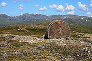 Kvernsteinsdriften var storindustri i Selbu før i tiden. Fra Høgfjellet, Skarvene og Roltdalen nasjonalpark. Skarvene med Storskarven (Tjohkele) i bakgrunnen. Kvernstein.