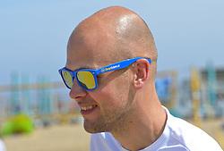 20150627 NED: WK Beachvolleybal day 2, Scheveningen<br /> Nederland heeft er sinds zaterdagmiddag een vermelding in het Guinness World Records bij. Op het zonnige strand van Scheveningen werd het officiële wereldrecord 'grootste beachvolleybaltoernooi ter wereld' verbroken. Maar liefst 2355 beachvolleyballers kwamen zaterdag tegelijkertijd in actie / BvdGF, Jeroen