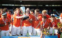 AMSTELVEEN -  Vreugde bij het team van OZ met in het midden Rob Reckers van OZ  en Marcel Balkestein van OZ.      Beslissende finalewedstrijd om het Nederlands kampioenschap hockey tussen de mannen van Amsterdam en Oranje Zwart (2-3). COPYRIGHT KOEN SUYK