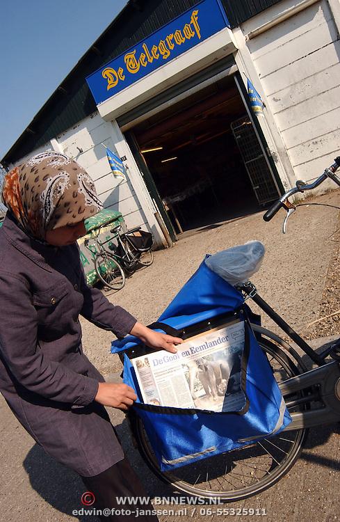 Krantentas aan fiets, meisje vult haar tas met de Gooi & Eemlander, bijverdienste, jeugd