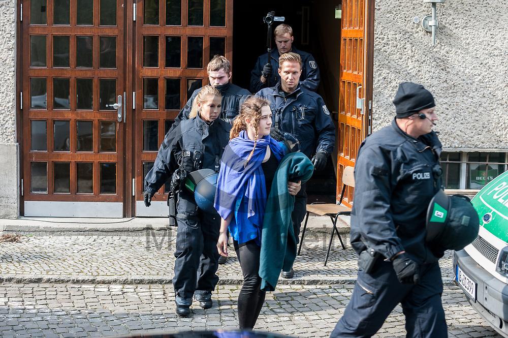 Deutschland, Berlin - 28.09.2017<br /> <br /> Eine Aktivistin wird von Polizisten aus dem Seiteneingang des Theaters gebracht. Das Theater wurde nach der Besetzung der K&uuml;nstler durch die Polizei ger&auml;umt. Nachdem der Intendant gegen die restlichen verbliebenen Besetzer Anzeige erstattet hat begann die Polizei diese nach der Erkennungsdienstlichen Behandlung aus dem Theater heraus zu geleiten. <br /> <br />  Foto: Markus Heine<br /> <br /> ------------------------------<br /> <br /> Ver&ouml;ffentlichung nur mit Fotografennennung, sowie gegen Honorar und Belegexemplar.<br /> <br /> Bankverbindung:<br /> IBAN: DE65660908000004437497<br /> BIC CODE: GENODE61BBB<br /> Badische Beamten Bank Karlsruhe<br /> <br /> USt-IdNr: DE291853306<br /> <br /> Please note:<br /> All rights reserved! Don't publish without copyright!<br /> <br /> Stand: 09.2017<br /> <br /> ------------------------------
