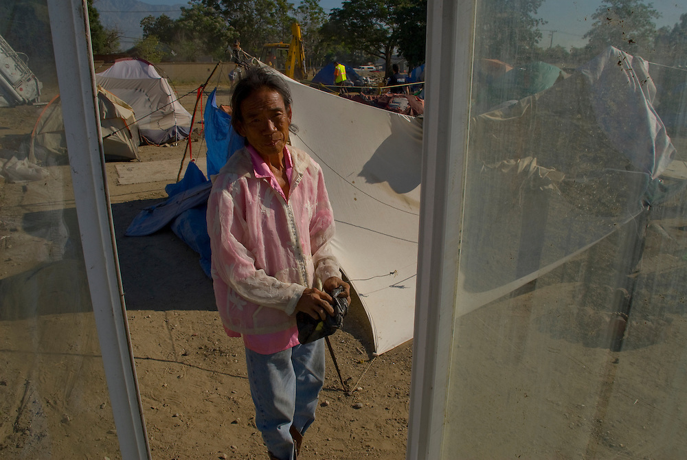 Camp Hope, eine Zeltstadt fuer Obdachlose in Ontario, Kalifornien.Mr. Ling muss bald mit seinem Zelt den Platz raeumen...Fotos © Stefan Falke..Camp Hope, a  tent city for the homeless in Ontario, California.Mr. Ling will soon have to take down his tent.