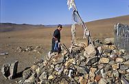 Mongolia. devotion on an  - OVO -   altan ovo       / pour le nouvel an les familles se rendent visite, sur la route on sarrette devant chaque OVO (un lieu de prière chamaniste)  pour faire des offrandes  et quelques libations arrosees à la vodka altan Ovo