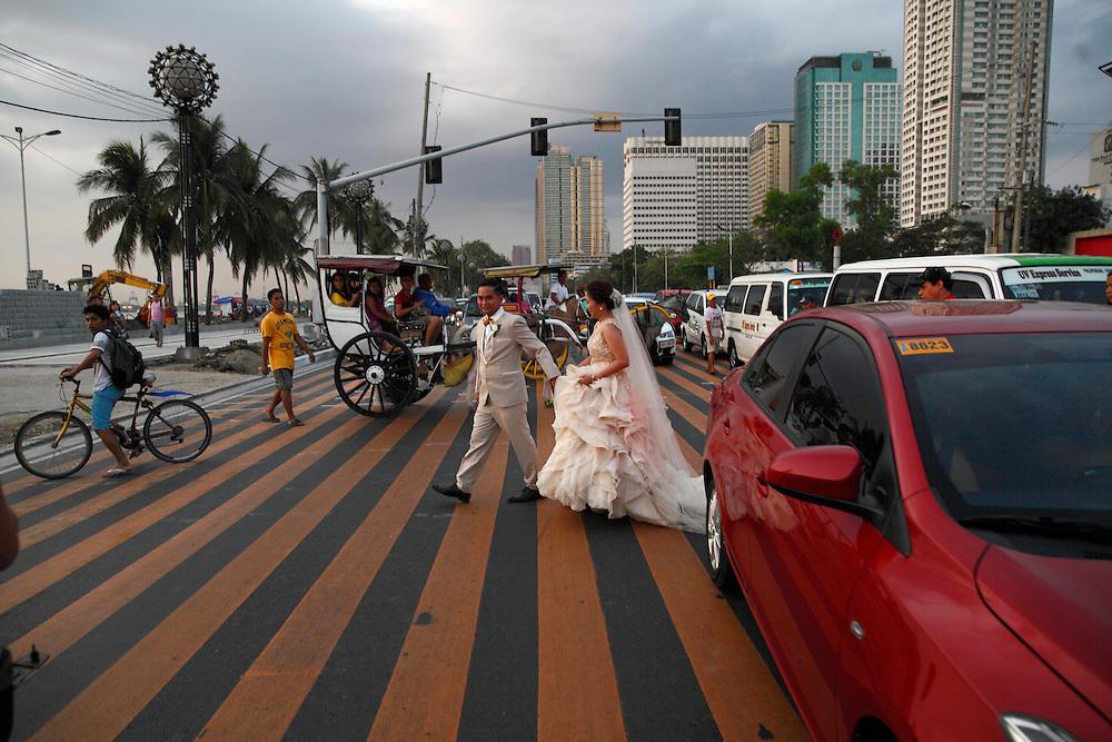 Bridal couple on the Boulvard Roxas on Manila bay for their wedding photos. Philippines, Manilla, <br /> Photo: &copy; ZuteLightfoot