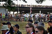Nederland, Bemmel, 18-7-2006..Lopers van de 4 daagse verlaten de Waalbrug bij de start van het wandelevenement. Later werd in Nijmegen bekend dat er wandelaars overleden zijn, en werd het evenement voor het eerst in haar geschiedenis afgelast...Foto: Flip Franssen/Hollandse Hoogte
