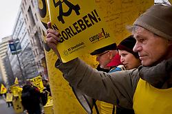 Die Umweltminister von Bund und Ländern beraten erneut in Berlin über einen möglichen Endlagerstandort. Gegen den Salzstock in Gorleben demonstrieren lautstark Bürger und Vertreter von Initiativen. Zahlreiche Pressevertreter sind vor Ort, die Politiker haben für die Einladung zum Gespräch allerdings keine Zeit. <br /> <br /> Ort: Berlin<br /> Copyright: Christina Palitzsch<br /> Quelle: PubliXviewinG