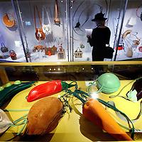 Nederland, Amsterdam , 24 december 2012..Tassenmuseum Hendrikje.Het grootste tassenmuseum ter wereld.De collectie toont 500 jaar geschiedenis van de tas; van een geitenleren buidel uit de 16de eeuw tot de tas van Madonna. Het museum is gevestigd in een prachtig grachtenpand, een oude burgemeesterswoning uit 1664, in hartje Amsterdam. ??Met een collectie van meer dan 4.000 tassen biedt Tassenmuseum Hendrikje een uniek overzicht van 500 jaar geschiedenis van de tas. U ziet buidels, dijzakken, aalmoezentassen, reticules, schooltassen, koffers, avondtasjes en hand- en schoudertassen van bekende modehuizen en ontwerpers, zoals Chanel, Louis Vuitton en Hermès. Door de eeuwen heen heeft de tas veel verschillende functies gehad. In het museum ontdekt u dat achter elke tas een verhaal zit, over veranderingen in de mode, de emancipatie van de vrouw en de ontdekking van nieuwe technieken en materialen..op de foto: tassen van een tassenontwerpster geinspireerd op groenten..Interior of the  Museum of Bags and Purses in the center of Amsterdam.
