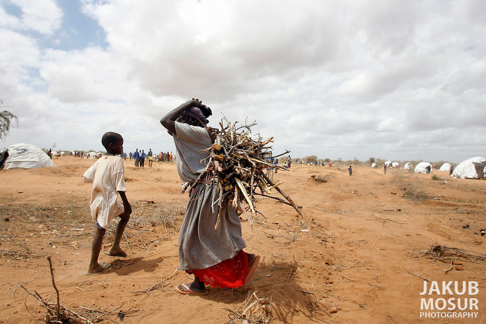 September 14, 2006 - A Somali refugee woman carries a bundle of firewood at the Dagahaley Refugee Camp in Dadaab, Kenya, 50 miles from the Somali border. Somalis are fleeing from recent clashes between Somalia Union of Islamic Courts and Somali warlords. Over 21,000 refugees since January 2006 have arrived in Dadaab which has a growing population of 140,000 refugees, in the North Eastern province of Kenya..(Photo by Jakub Mosur/Polaris)