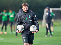 11.01.2014, Trainingsplatz, Jerez de la Frontera, ESP, 1. FBL, SV Werder Bremen, Trainingslager, im Bild Peer Jaekel (Co-Trainer, Videoanalyst SV Werder Bremen) mit zwei Baellen, den Haenden // Peer Jaekel (Co-Trainer, Videoanalyst SV Werder Bremen) mit zwei Baellen, den Haenden during Trainingsession of German Bundesliga Club SV Werder Bremen at Trainingsplatz in Jerez de la Frontera, Spain on 2014/01/11. EXPA Pictures © 2014, PhotoCredit: EXPA/ Andreas Gumz<br /> <br /> *****ATTENTION - OUT of GER*****