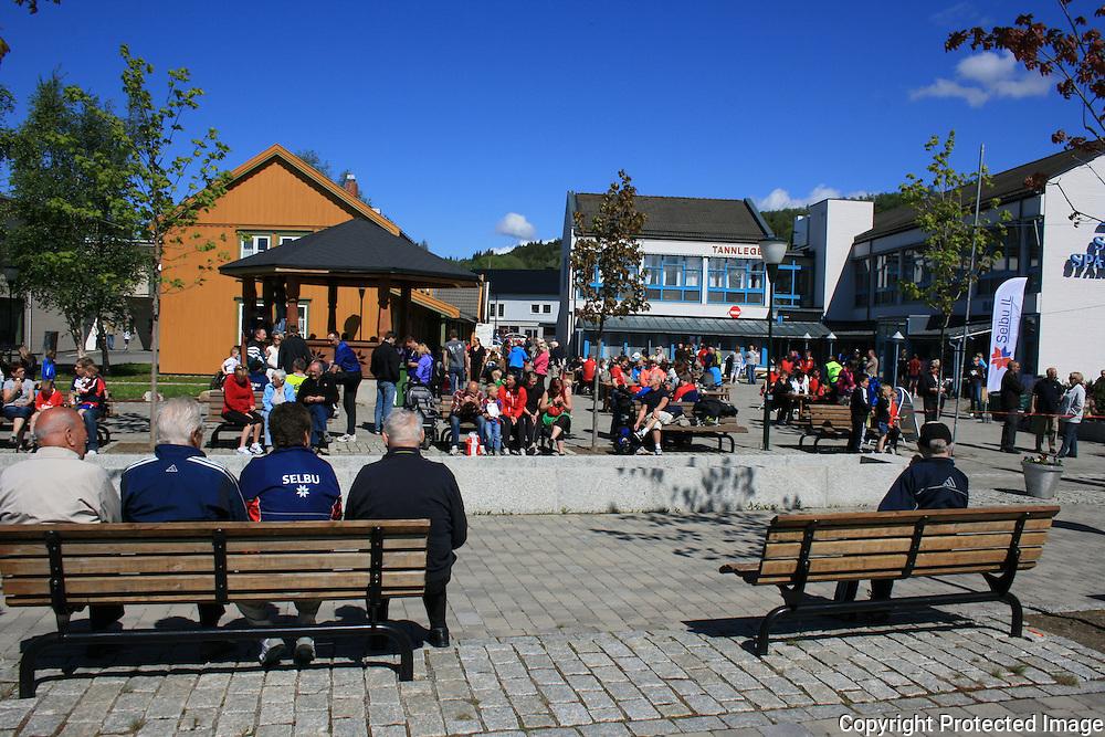 Selbuløpet. Mye folk på Bjørkhov og Bankplassen. Foto: Bente Haarstad