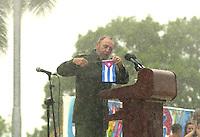 Fidel Castro, Presidente de Cuba, pronuncia un discurso bajo una fuerte lluvia en la provincia Holguin, a unos 700km al este de la Habana, ante cerca de 400 000 habitantes de la zona, 1 de Junio del 2002, Holguin, Cuba, (AP Photo/Cristobal Herrera)
