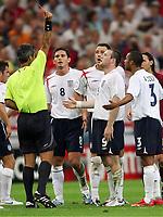 Schiedsrichter Horacio Elizondo Argentinien zeigt Wayne Rooney England die Rote Karte <br /> Rødt kort<br /> Fussball WM 2006 Viertelfinale England - Portugal<br />  Norway only