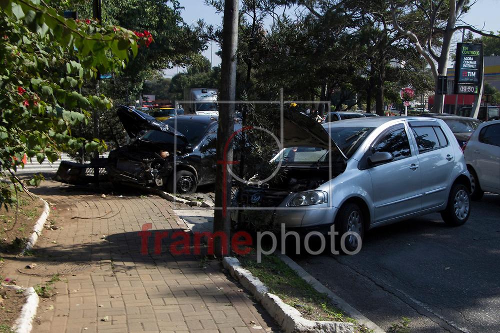 Batida entre carros na Av. Bandeirantes com R. Antônio de Macedo Soares, carro preto ultrapassou semafaro vermelho, em São Paulo (SP), na manhã desta sexta-feira (25). Foto: Uriel Punk/FramePhoto