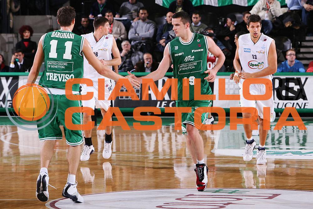 DESCRIZIONE : Treviso Lega A1 2005-06 Benetton Treviso Upea Capo Orlando <br /> GIOCATORE : Popovic Bargnani <br /> SQUADRA : Benetton Treviso <br /> EVENTO : Campionato Lega A1 2005-2006 <br /> GARA : Benetton Treviso Upea Capo Orlando <br /> DATA : 03/12/2005 <br /> CATEGORIA : Esultanza <br /> SPORT : Pallacanestro <br /> AUTORE : Agenzia Ciamillo-Castoria/S.Silvestri