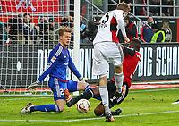 BILDET INNGÅR IKEK I FASTAVTALER. ALL NEDLASTING BLIR FAKTURERT.<br /> <br /> Fotball<br /> Tyskland<br /> Foto: imago/Digitalsport<br /> NORWAY ONLY<br /> <br /> Ingolstadt Christoph Kramer (Nr.23,Bayer 04 Leverkusen) prueft heir Torwart Ørjan Nyland (Nr.26, FC Ingolstadt 04), Roger de Oliveira Bernardo (Nr.8, FC Ingolstadt 04) kann jedoch noch eingreifen, FC Ingolstadt 04 - Bayer 04 Leverkusen, 1. Bundesliga, Fussball, Spieltag 17, 19.12.2015