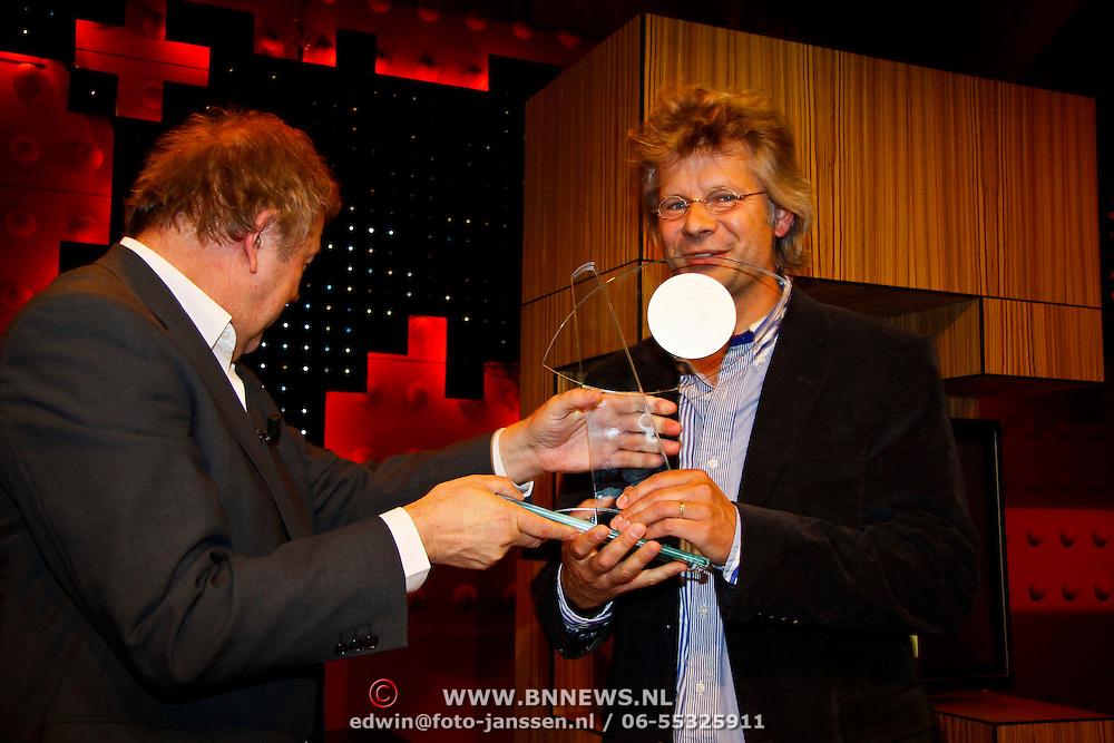 NLD/Amsterdam/20100527 - Uitreiking Zilveren Nipkowschijf 2010 , Hans Hoffmans ontvangt Zilver Reissmicrofoon 2010 voor Viertakt Vroeg