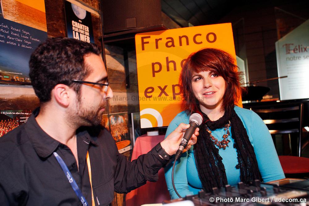 Lisa LeBlanc en entrevue avec Louis Moubarak pour Francophonie Express durant le 29e Festival en Chanson de Petite-Vallée  -  Gaspésie / Petite_Vallée / Canada / 2011-06-25, © Photo Marc Gibert / adecom.ca
