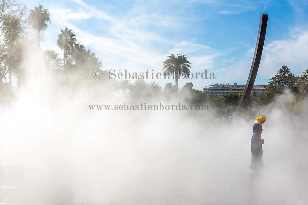Femme sous les brumes du plateau des brumes de la Promenade du Paillon // Woman under artifical fog of Promenade du Paillon causeway