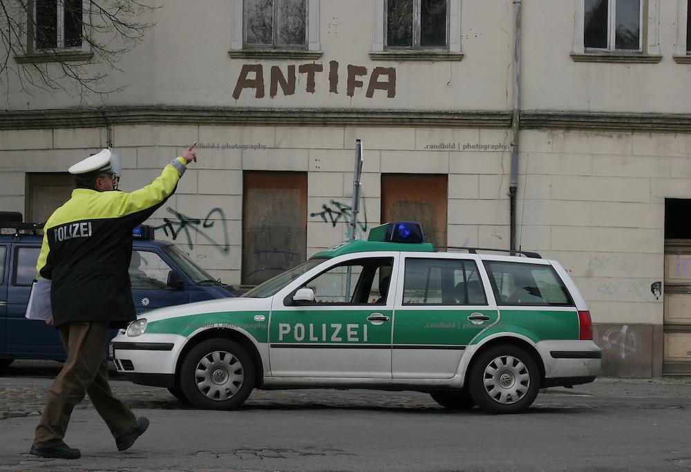 Polizist am rande einer Demonstration. Rund 400 Menschen demonstrierten in Salzwedel gegen eine Dominaz von Rechtsextremen in der Altmark-Stadt. About 400 people hold a protest rally against a domination of right wing extremists in the public of the province town.