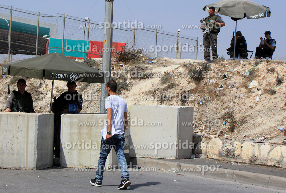 19.10.2015, Jerusalem, ISR, Gewalt zwischen Pal&auml;stinensern und Israelis, im Bild Kontrollen der Israelischen Sicherheitskr&auml;fte im Pal&auml;stinenser Gebiet // A Palestinian man walks in front of Israeli border guard at a newly erected checkpoint in Jerusalem's neighborhood of Jabal al-Mokaber on October 19, 2015. Israeli police began erecting a wall in east Jerusalem to protect a Jewish neighbourhood subject to firebomb and stone attacks launched from an adjacent Palestinian village, Israel on 2015/10/19. EXPA Pictures &copy; 2015, PhotoCredit: EXPA/ APAimages/ Mahfouz Abu Turk<br /> <br /> *****ATTENTION - for AUT, GER, SUI, ITA, POL, CRO, SRB only*****