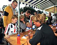 23-08-2008 VOETBAL:WILLEM II:OPENDAG:TILBURG<br /> Handtekeningensessie Andries Jonker<br /> Foto: Geert van Erven