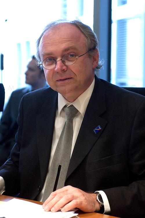 24 MAR 2004, BERLIN/GERMANY:<br /> Gunter Weissgerber, MdB, SPD, Mitglied im Haushaltsausschussdes Bundestages, Paul-Loebe-Haus, Deutscher Bundestag<br /> IMAGE: 20040324-02-001<br /> KEYWORDS: Gunter Wei&szlig;gerber
