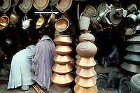 Pakistan, Khyber Pakhtunkhwa, Peshawar, Bazar des chaudronniers dans la vieille ville et femmes en burqa // Peshawar, women at bazar, Old city, Khyber Pakhtunkhwa, Pakistan