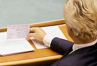 DEN HAAG, 21 september.<br /> Algemene Politieke Beschouwingen, daags na Prinsjesdag. Geert Wilders PVV bekijkt zijn briefje met steekwoorden.<br /> FOTO MARTIJN BEEKMAN