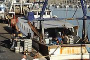 Frankrijk,Sete, 20-9-2008Vissers sorteren gevangen vis uit de middellandse zee op het dek van een vissersboot.Vissersdorp.Fishermen sort caught fish from the Mediterranean sea on the deck of a fishing boat.Foto: Flip Franssen/Hollandse Hoogte