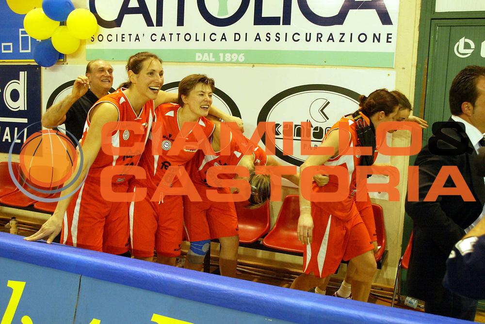 BASKET FEMMINILE 2004-2005 FINAL SIX COPPA ITALIA<br />GIOCATORE : TEAM FAMILA SCHIO<br />SQUADRA : FAMILA SCHIO<br />EVENTO : CAMPIONATO ITALIANO DI BASKET FEMMINILE 2004-2005 FINAL SIX COPPA ITALIA<br />GARA : FAMILA SCHIO-PHARD NAPOLI<br />DATA : 20/03/2005<br />CATEGORIA : Esultanza<br />SPORT : Pallacanestro<br />AUTORE : Agenzia Ciamillo-Castoria