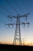 Nederland Rotterdam 6 maart 2011 20110306 Stilleven elektriciteitsmasten  Maasvlakte, energiebehoefte.  , schemering, sluimerverbruik, sluipstroom, sluipverbruik, spanning, staal, stalen, steunmasten, still, stilleven, stillshot, stock, stockbeeld, stockfoto, stroom, stroomverbruik, stroomvoorziening,  the netherlands, tower, transmission, transmission tower, transmission towers, transport, transportcapaciteit, transportnet, veel, veelgebruik, verbinding, verbruik, verbruiken, verschillende  kleurtjes, verschillende kleuren tinten, vervuiling horizon, volt, voltage, voorziening, watt, web, wire, Yellow, zonsondergang ,, kleurrijk, kleurrijke, klimaat, klimaatverandering, kyoto, laagstaande zon, licht avond, lichtspel, Lijnen, lijnenspel, lijnspel, lokatie, lucht, luchten, luchtkwaliteit, Maasvlakte, magnetische veldsterkte, mast, masten, mileubelasting, mileumaatregelen, milieu, milieu belastende, milieuproblematiek, Netbeheerders, Netherlands, netwerk, netwerken, network, niemand, Nobody, ohm, ondergaande zon, orange, oranje, oude, ouderwetse, paars, paarse, Pays Bas, power, power cable, powerplant, purple. blue, rotterdamse, schadelijk voor milieu Foto: David Rozing