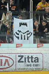 """25.01.2011, Albert Schultz Halle, Wien, AUT, EBEL, EC Vienna Capitals vs EC VSV, im Bild """"blinder Referee"""", ein Transparent das von den mit den Referees unzufriedenen Fans hochgehalten wird, Feature, EXPA Pictures © 2011, PhotoCredit: EXPA/ G. Holoubek"""