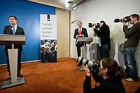 Nederland. Den Haag, 14 november 2008.<br /> Gezamenlijke persconferentie in het ministerie van Algemene Zaken van premier Jan Peter Balkenende en vice-premier Wouter Bos n.a.v. het aftreden van minister Vogelaar en het aantreden van minister Eberhard van der Laan van Wonen, Wijken en Integratie. Rechts : RVD directeur Henk Brons.<br /> Foto Martijn Beekman<br /> NIET VOOR PUBLIKATIE IN LANDELIJKE DAGBLADEN.