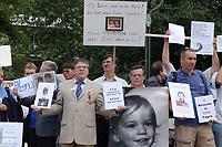 14 JUL 2001, BERLIN/GERMANY:<br /> Eltern, meist Vaeter, demonstrieren gegen die Trennung von ihren Kindern (i.d.R. durch Scheidung von einem auslaendischen Partner), viele haben Bilder ihrer Kinder und  einen Zettel mit der Anzahl der Besuche seit der Anzahl der Tage der Trennung, Breitscheidplatz vor der Gedaechniskirche<br /> IMAGE: 20010714-01-012<br /> KEYWORDS: Scheidungskind, Scheidungskinder, Demo, Demonstration, Demonstrant, demonstrator, Protest