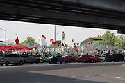 28 avril. Après l'annonce que le camp serait évacué par l'armée, les partisans des Chemises rouges se sont mis à distance de la barricade dans la crainte d'un assaut . En attendant, la circulation continue sur le boulevard que domine la statue du roi Rama VI .