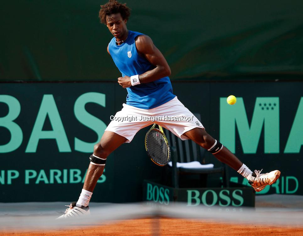 Davis Cup Deutschland gegen Frankreich im Stuttgarter Tennisclub Weissenhof,Stuttgart, ITF Herren Tennis Turnier, Gael Monfils (FRA) spielt den Ball durch die Beine,kurios,.Einzelbild,Aktion,Ganzkoerper,Querformat,