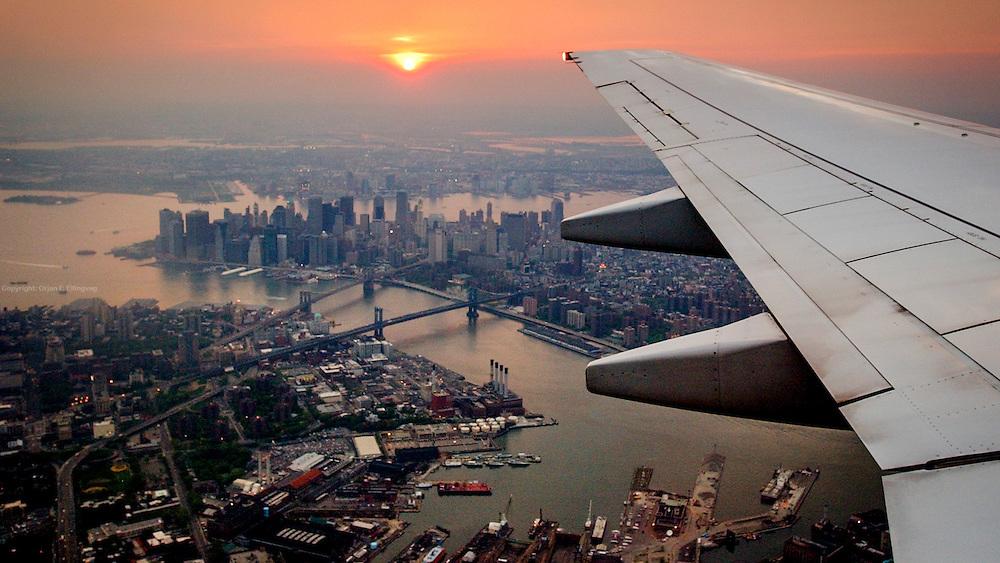 Manhattan skyline sett fra flyvinduet på vei inn for landing på LaGuardia-flyplassen i New York. Flytrafikk er sterkt økende verden over. Kommersiell flytrafikk sto for syv prosent av CO₂-utslippene i 2006 og er ventet å nå femten prosent innen 2050. I 2014 truet miljøorganisasjonene CBD og Friends of the Earth med å saksøke det amerikanske miljøverndepartementet, EPA,  dersom de ikke kom med utslippskrav til flybransjen . Det har satt fart på EPA, og i juni kom de med forslag til nye reguleringer . EU forsøkte å innføre utslippskrav og såkalt «cap and trade» for flybransjen i 2008, men feilet. EPA sitt forslag til utslippskrav kommer ventelig til å bli adoptert også av EU. Veien dit er lang og bratt. Nye regler kommer neppe til å gjelde før 2018, og i mellomtiden har USA fått en ny president. I mellomtiden jobber flyprodusentene selv med å minske skadevirkningene fra bransjen. Boeing har som mål å bruke minst en prosent biobrennstoff innen 2016 . Tallet er lite, men et skritt i riktig retning. Airbus jobber i samme retning  og samarbeider med blant annet Virgin for å finne måter å produsere biobrennstoff lokalt rundt omkring på kloden.