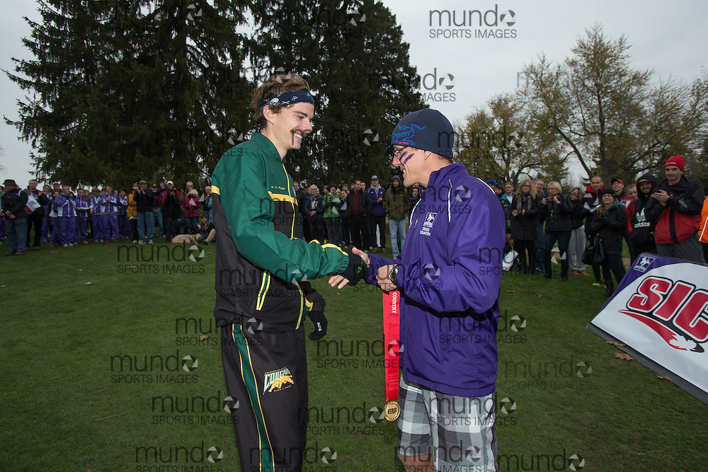 London, Ontario ---2012-11-10--- The Regina Cougars' Kelly Wiebe receives his gold medal at the 2012 CIS Cross Country Championships at Thames Valley Golf Course in London, Ontario, November 10, 2012. .GEOFF ROBINS Mundo Sport Images