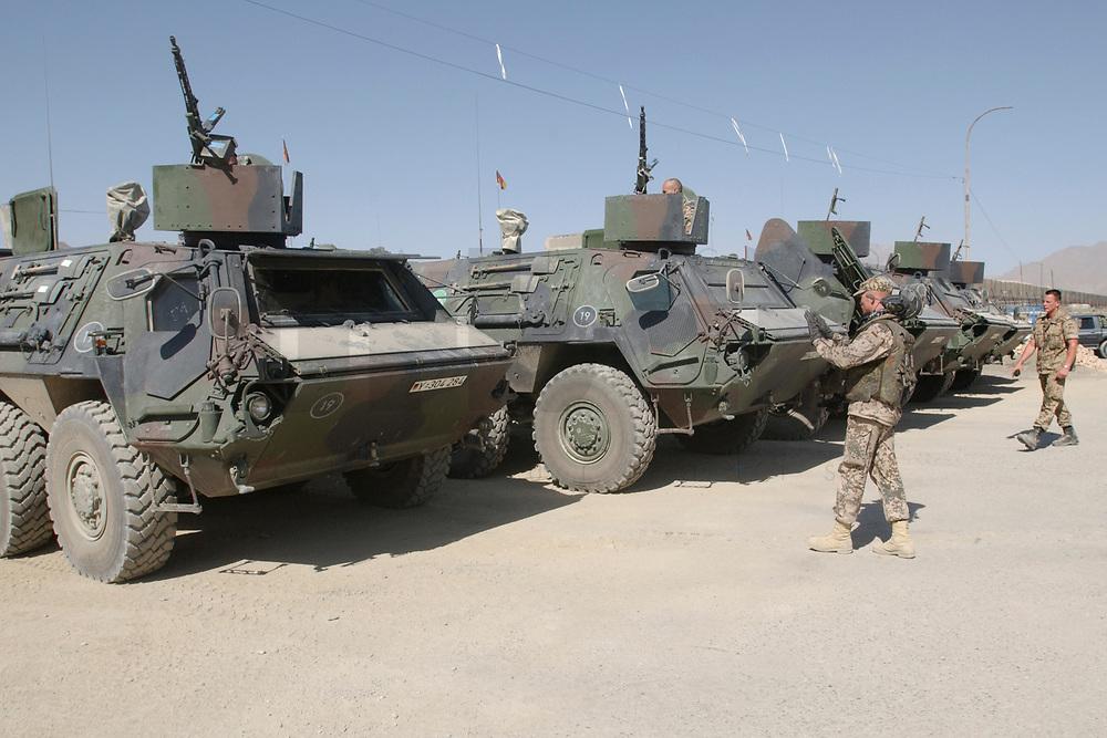 """11 AUG 2003, KABUL/AFGANISTAN:<br /> Transportpanzer """"Fuchs""""  des deutschen Kontingents der International Security Assistance Force, ISAF, werden von Soldaten geparkt, Camp Warehouse,  Lager der ISAF Truppen in der Naehe von Kabul<br /> IMAGE: 20030811-01-073<br /> KEYWORDS: Bundeswehr, Streitkraefte, Streitkräfte,   Panzer, Tank, Soldat"""