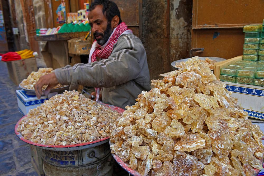Yemen, Sanna, souk de la vielle ville classée au patrimoine mondiale de l'Unesco. Vendeur d'encens.// Yemen, Sanaa, Old Town, Unesco World Heritage. Incense shop.