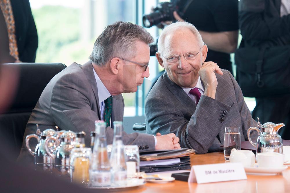 21 JUN 2017, BERLIN/GERMANY:<br /> Thomas de Maiziere (L), CDU, Bundesinnenminister, und Wolfgang Schaeuble (R), CDU, Bundesfinanzminister, im Gespraech, vor Beginn der Kabinettsitzung, Bundeskanzleramt<br /> IMAGE: 20170621-01-006<br /> KEYWORDS: Kabinett, Sitzung, Thomas de Maizière, Wolfgang Schäuble, Gespräch