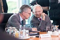 21 JUN 2017, BERLIN/GERMANY:<br /> Thomas de Maiziere (L), CDU, Bundesinnenminister, und Wolfgang Schaeuble (R), CDU, Bundesfinanzminister, im Gespraech, vor Beginn der Kabinettsitzung, Bundeskanzleramt<br /> IMAGE: 20170621-01-006<br /> KEYWORDS: Kabinett, Sitzung, Thomas de Maizière, Wolfgang Sch&auml;uble, Gespr&auml;ch