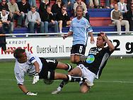 Målmand Michael Skjold Hansen (Elite 3000) i en voldsom tackling af Karsten Johansen (Randers FC), med Christian Pind (Elite 3000) klar til at følge op.