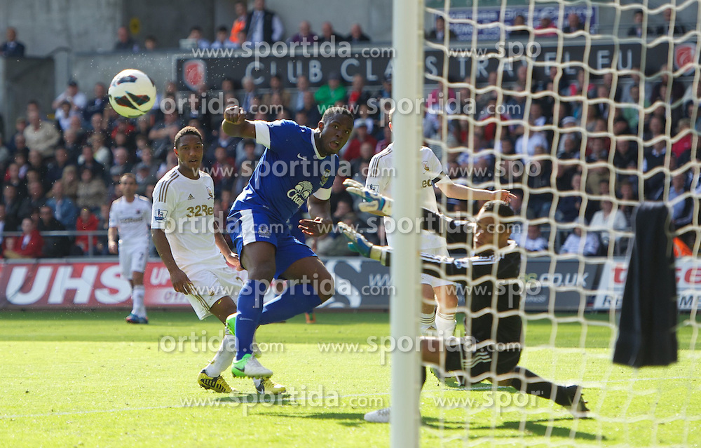 22.09.2012, Liberty Stadion, Swansea, ENG, Premier League, Swansea City vs FC Everton, 5. Runde, im Bild Everton's Victor Anichebe sees his shot go wide against Swansea City during the English Premier League 5th round match between Swansea City AFC and Everton FC at the Liberty Stadium, Swansea, Great Britain on 2012/09/22. EXPA Pictures © 2012, PhotoCredit: EXPA/ Propagandaphoto/ David Rawcliff..***** ATTENTION - OUT OF ENG, GBR, UK *****