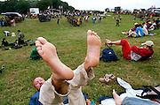Nederland, Nijmegen, 21-7-2005..Vierdaagse, 4daagse. Zevenheuvelenweg. Derde, Groesbeek dag. Wandelen, wandelsport, recreatie, conditie, bewegen, beweging, lopen. Voeten, rusten, uitrusten...Foto: Flip Franssen/Hollandse Hoogte
